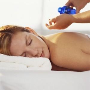 岡山市北区エステサロンで女性の一人がアロマオイルリンパマッサージの施術をうけました