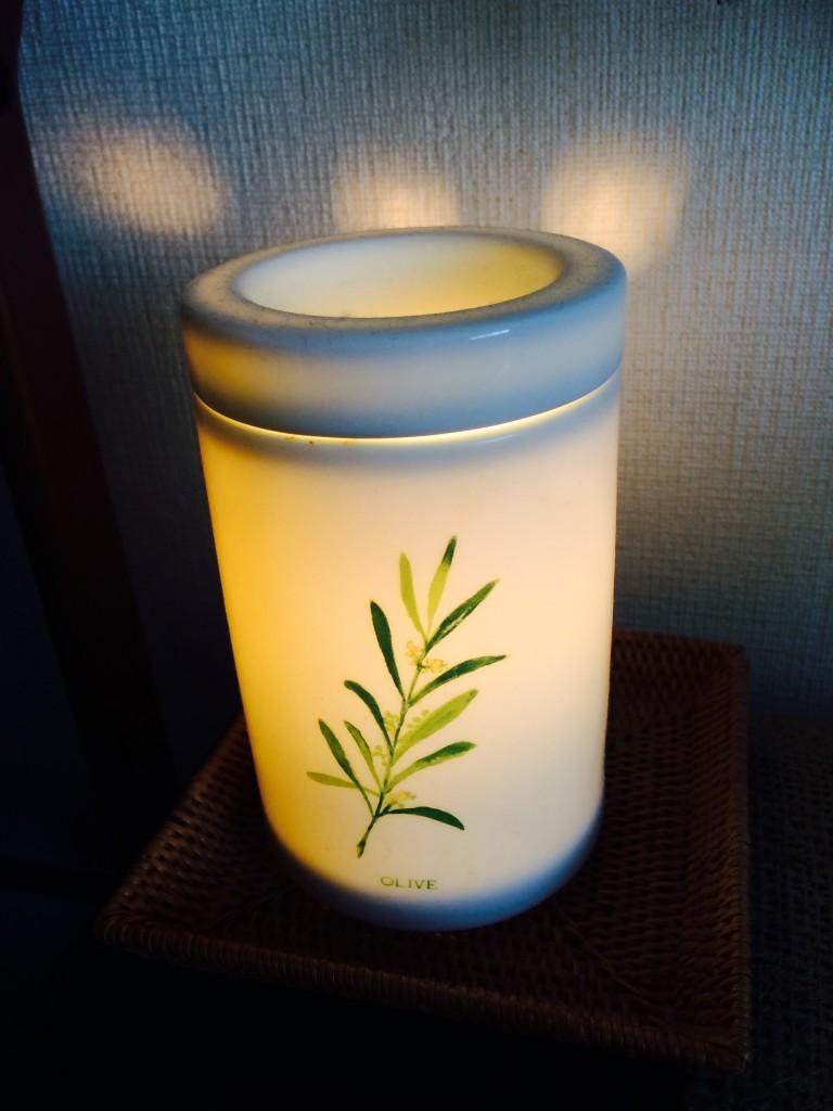 岡山市 女性専用のエステルーム、間接照明の部屋で施術をエステティシャンがします