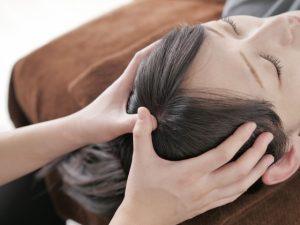 頭痛や肩こりには女性エステティシャンがいるサロンで、リンパマッサージの施術を受けると身体がよくなります。