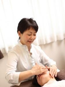 女性専用のエステティシャンが女性特有のむくみを取る施術を憩鳴っています。